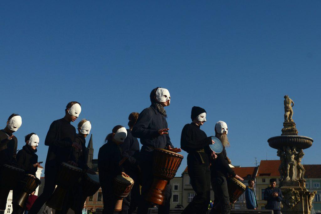 Las personas, con máscaras blancas, tocan música durante un ritual tradicional de la Semana Santa checa para celebrar el Viernes Santo. Foto Prensa Libre: AFP