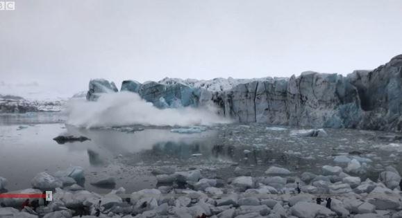 La ola causada por el desprendimiento de un glaciar de la que huyeron turistas despavoridos en Islandia