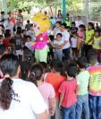 Niños participan en una actividad lúdica con jóvenes que se reinsertan a la sociedad. (Foto Prensa Libre: Carlos Paredes)