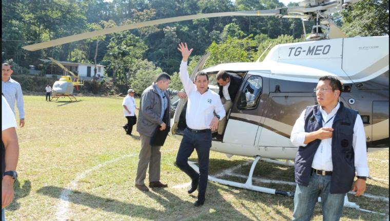 Jimmy Morales llega a San Rafael Pie de la Cuesta en el helicoptero que Mario Estrada ha usado en su campaña electoral. (Foto: Twitter del Mingob)