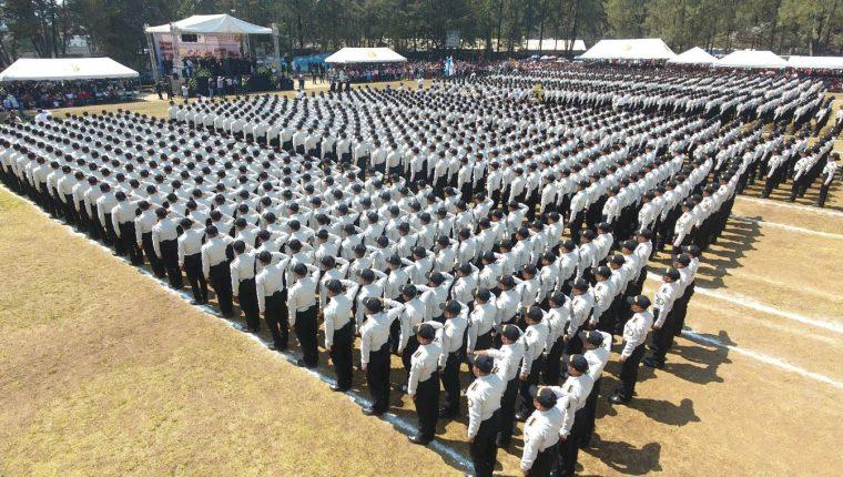 En un acto que no fue anunciado, más de mil 700 agentes se graduaron en la Academia de la Policía. (Foto: PNC)