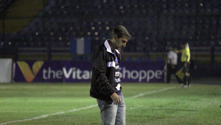 El entrenador guatemalteco Fabricio Benítez salió decepcionado en el duelo frente a los cremas. (Foto Prensa Libre: Luis López)