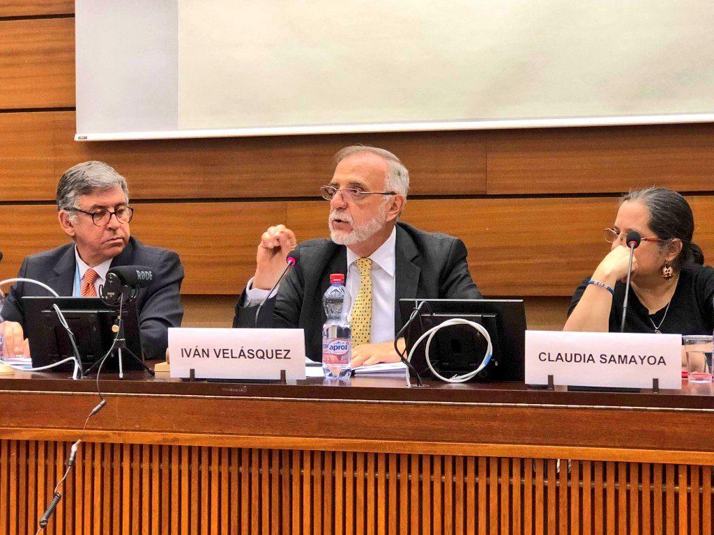 Iván Velásquez (habla) durante el foro Corrupción y Derechos Humanos en Guatemala. Lo acompañan, a su izquierda, Claudia Samayoa, activista guatemalteca y a su derecha, Ramón Muñoz, director de la Red Internacional de Derechos Humanos. (Foto: Cicig)