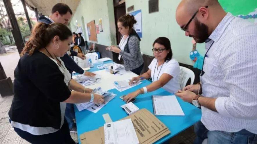 Momento en que las mesas empiezan el conteo de los votos de la Consulta Popular, en el 2018, por caso de Belice. (Foto Prensa Libre: Hemeroteca PL)