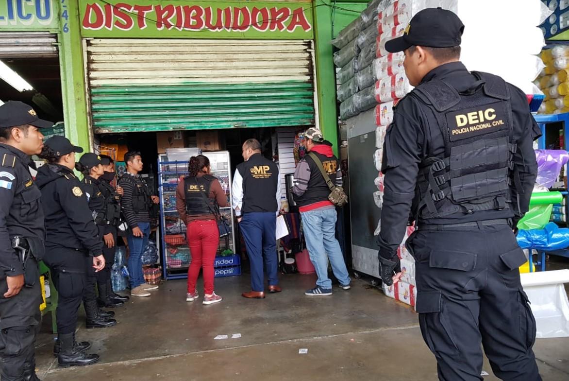 En una abarrotería que funciona en la Central de Mayoreo, en zona 12 de Villa Nueva, capturaron a un presunto integrante de una red criminal que se dedicó al coyotaje. (Foto Prensa Libre: Cortesía)