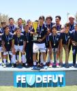 Los jóvenes de la Sub 13 de Comunicaciones celebran después de ganar el título en la final contra Deportivo Petapa. (Foto Prensa Libre: Fedefut)