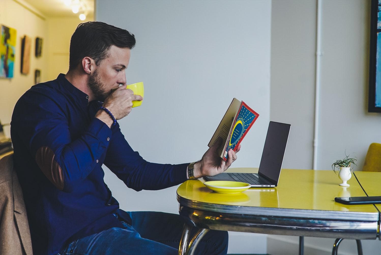 Aumentar su vocabulario y concentración y mejorar la memoria son algunos de los beneficios de la lectura. (Foto Prensa Libre: Servicios)