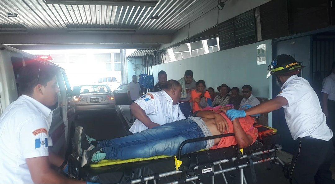 Bomberos ingresan a la emergencia del Hospital General a uno de los hondureños heridos. (Foto Prensa Libre: @BVoluntarios/Twitter)