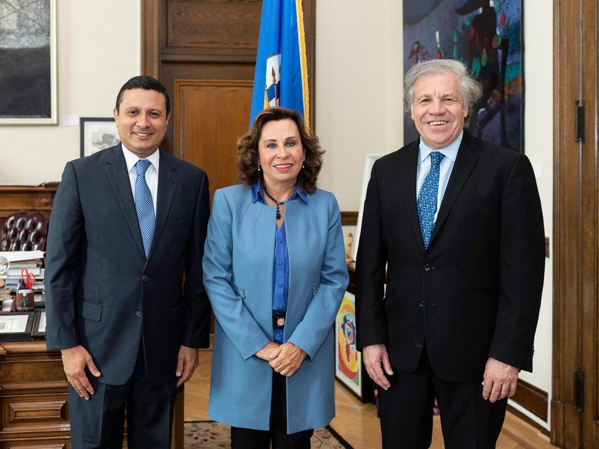 Luis Almagro, jefe de la OEA, con el binomio presidencial de la UNE, Sandra Torres y Carlos Raúl Morales. (Foto Prensa Libre: Tomada de Twitter)