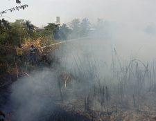 Socorristas intentan apagar el fuego en el Barrio Nuevo, Antigua Laguna, San Benito, Petén. (Foto Prensa Libre: Cortesía CVB)