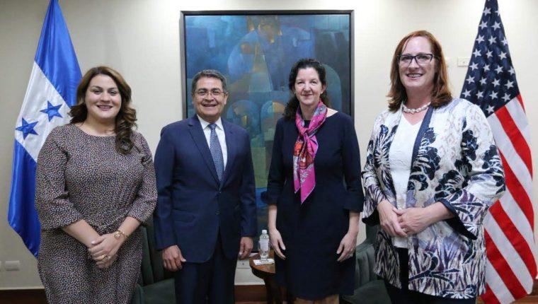 Kimberly Breier, subsecretaria de Estado de Estados Unidos para el Hemisferio Occidental -tercera de izquierda a derecha-, visitó El Salvador y Honduras. (Foto Prensa Libre: @WHAAsstSecty)
