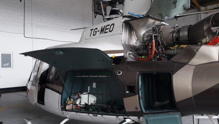 Agentes del MP revisan el helicóptero TG MEO, propiedad de Mario Estrada. (Foto Prensa Libre: MP)