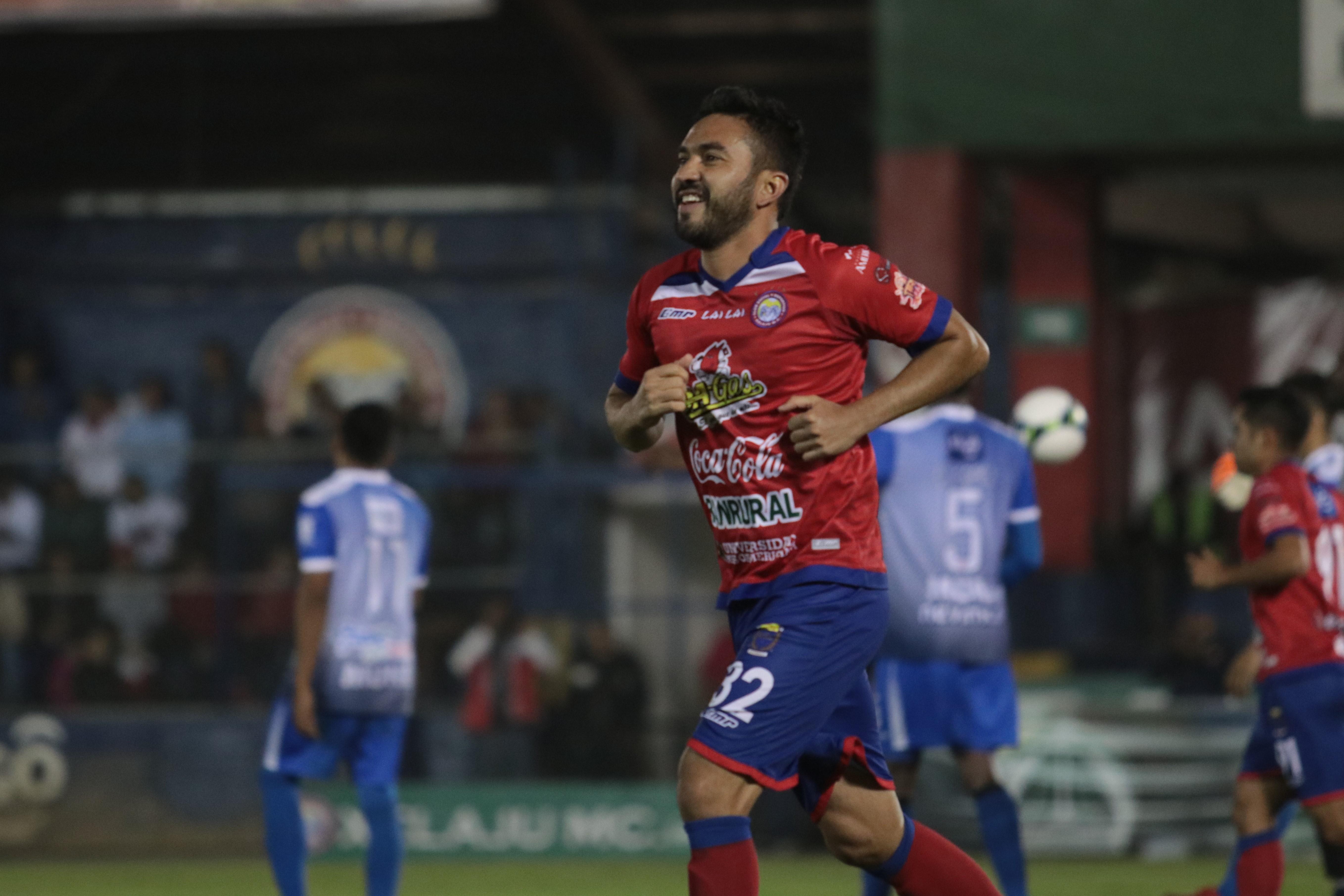 Carlos Kamiani celebró doblete ante Iztapa y superó a Mario Acevedo en la tabla de goleadores históricos de Guatemala. (Foto Prensa Libre: Raúl Juárez)