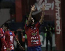 Carlos Kamiani Félix celebra el primer gol de Xelajú MC en la victoria 2-0 contra Iztapa. (Foto Prensa Libre: Raúl Juárez)