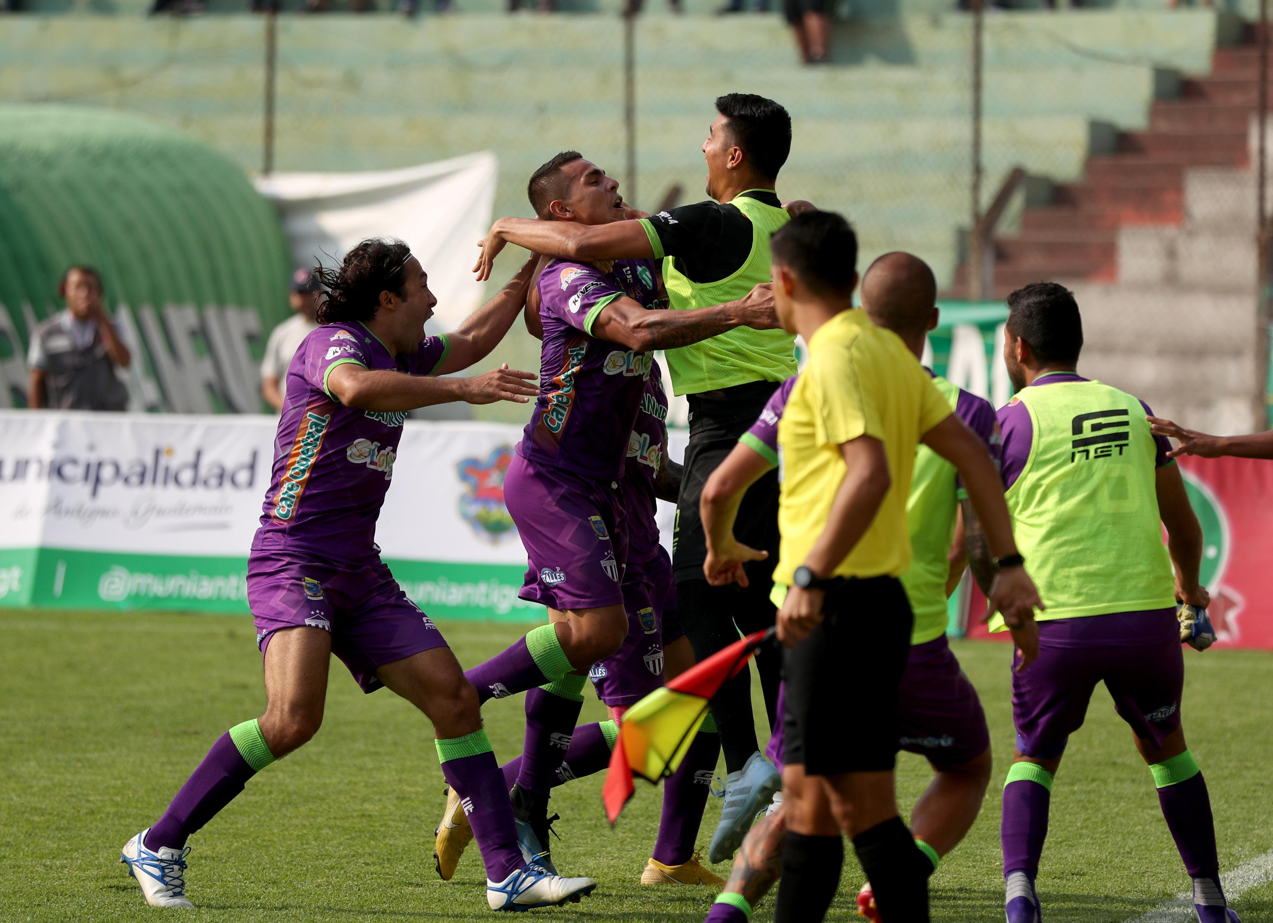 Los jugadores de Antigua GFC celebraron la remontada. (Foto Prensa Libre: Carlos Vicente)