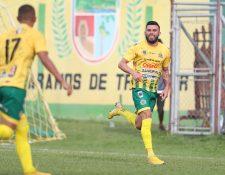 Aaron Navarro celebra después de anotar el gol del empate de Guastatoya contra Municipal. (Foto Prensa Libre: Francisco Sánchez)