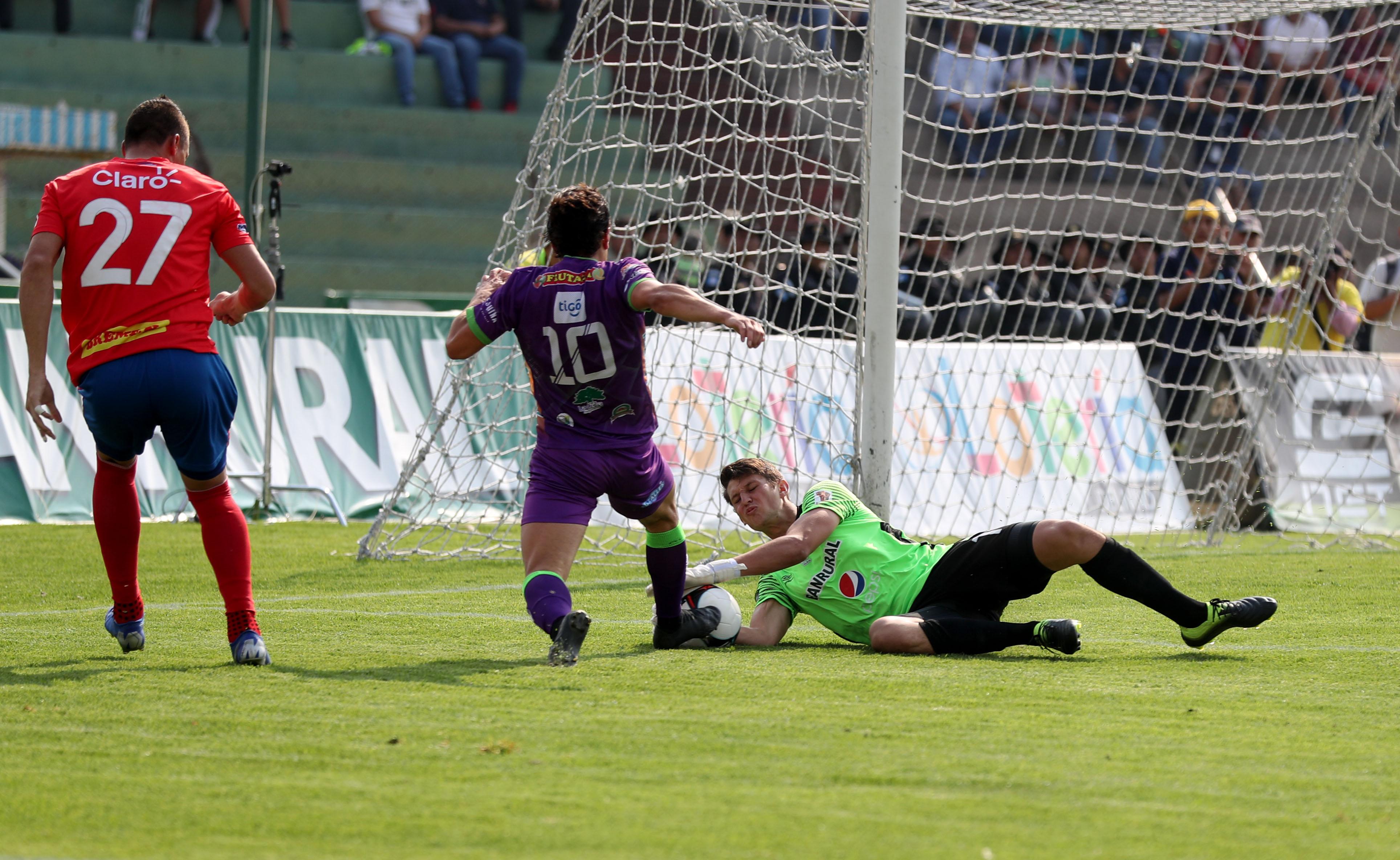 Nicholas Hagen, en una jugada clave contra Antigua GFC. (Foto Prensa Libre: Carlos Vicente)