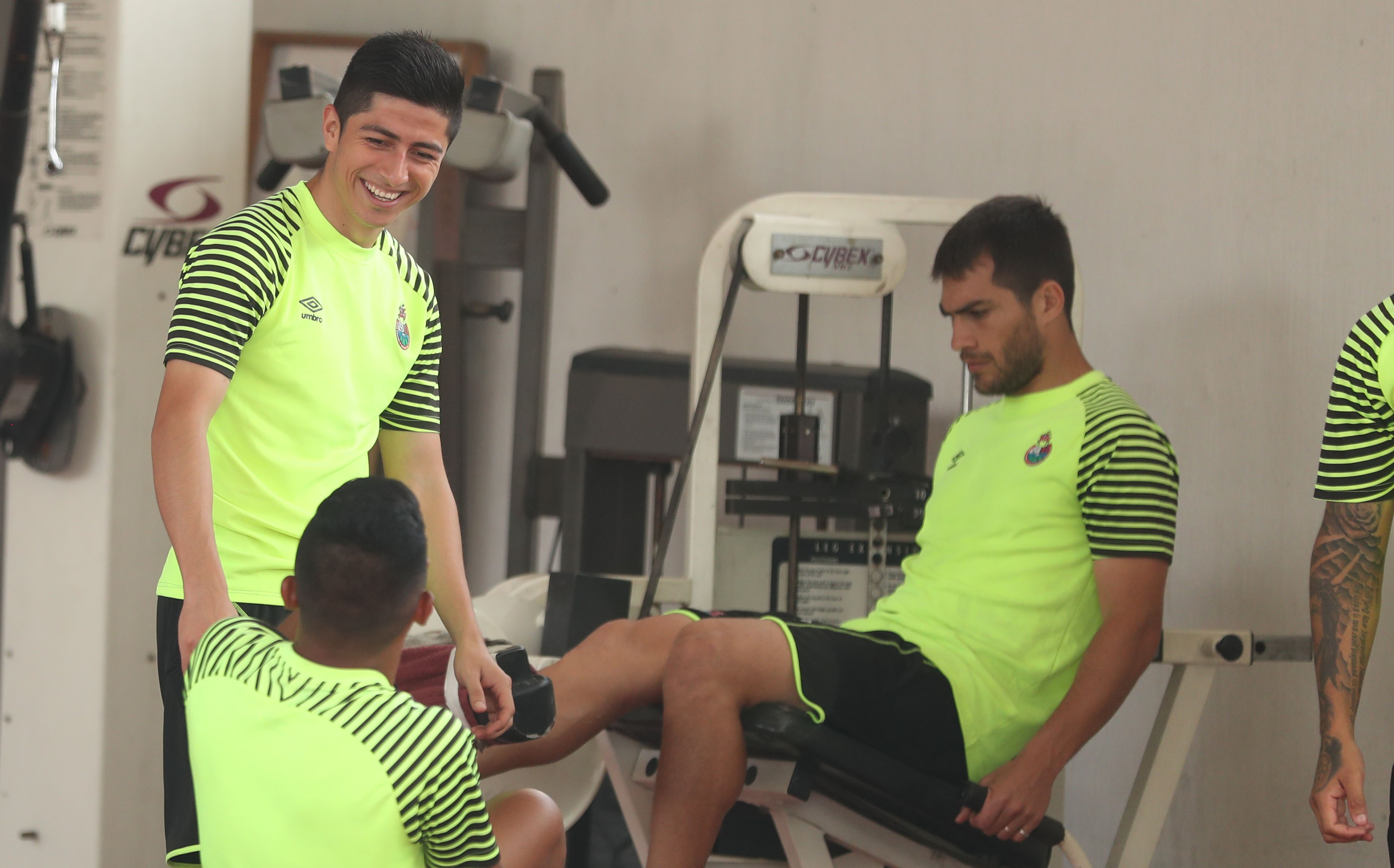 Frank de León -izquierda- está tranquilo y espera volver a jugar pronto. (Foto Prensa Libre: Jeniffer Gómez)