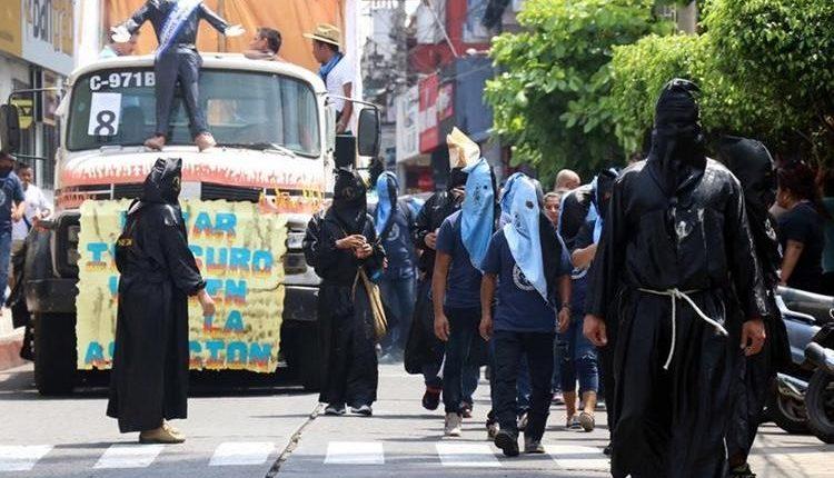 El desfile bufo es una tradición en la que se denuncian inconformidades sociales y políticas. (Foto: Hemeroteca PL)