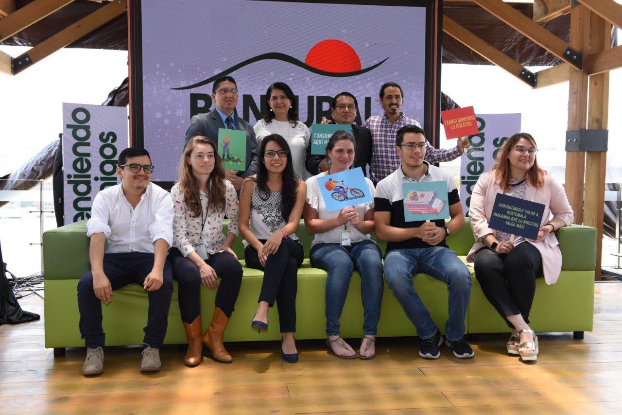 """Personeros de Banrural y de Socialab durante la segunda edición del """"Desafío Los Encuentros"""""""