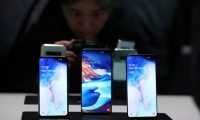 SAN FRANCISCO, CALIFORNIA - FEBRUARY 20: (L-R) The new Samsung Galaxy S10e, Galaxy S10+ and the Galaxy S10 smartphones are displayed during the Samsung Unpacked event on February 20, 2019 in San Francisco, California. Samsung announced a new foldable smartphone, the Samsung Galaxy Fold, as well as a new Galaxy S10 and Galaxy Buds earphones.   Justin Sullivan/Getty Images/AFP == FOR NEWSPAPERS, INTERNET, TELCOS & TELEVISION USE ONLY ==