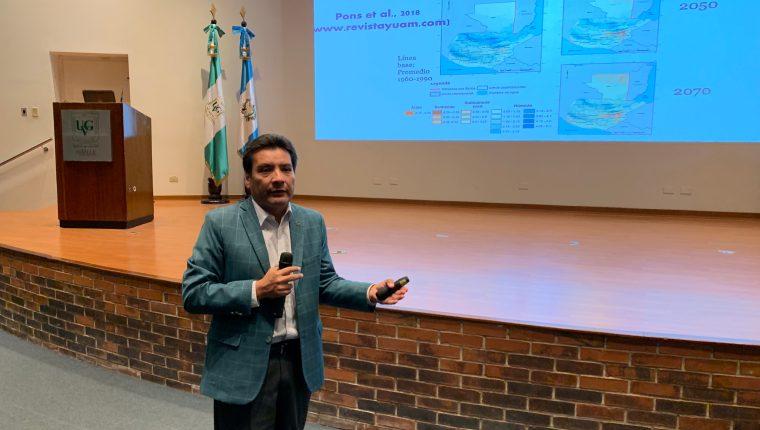 Edwin Castellanos, decano del Instituto de Investigaciones de la Universidad del Valle de Guatemala, explica acerca de los efectos del cambio climático en ele país. (Foto Prensa Libre: Cortesía).