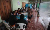 Fotograf'as del centro de votaci—n en las instalaciones del instituto BelŽn en la zona 1.  En horas de la tarde los votantes asistieron a las mesas a ejercer su derecho de voto, la lluvia se hizo presente en diferentes zonas de la capital de Guatemala, pero los votantes continuaban su asistencia a las urnas para depositar el sufragio durante el proceso de elecciones de segunda vuelta 2015.   FOTO: çlvaro Interiano.    25/10/2015