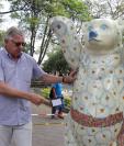 El embajador de Alemania en Guatemala, Harald Klein, explica el diseño del oso que representa a Guatemala. (Foto Prensa Libre: Julio Sicán).