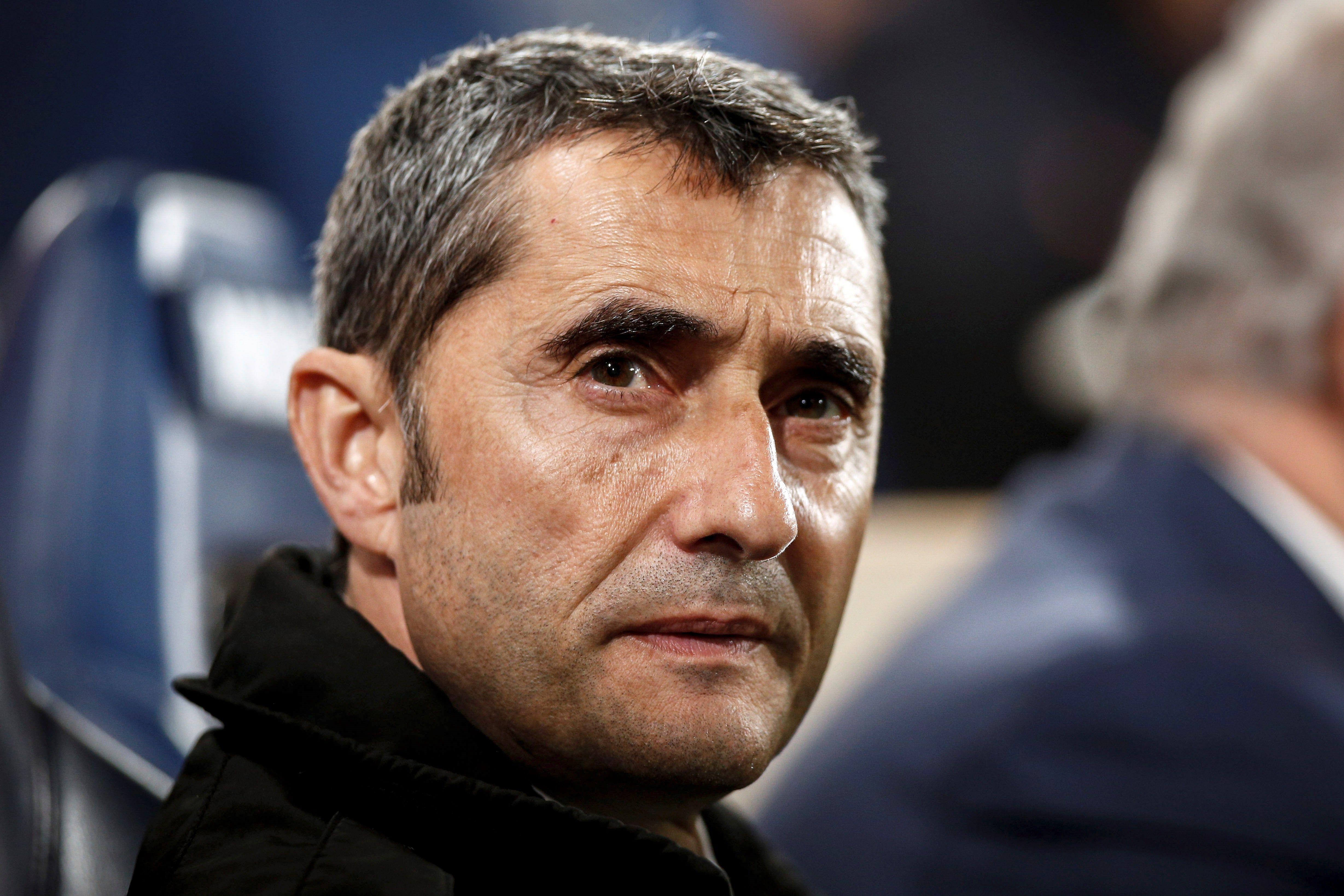 El entrenador del FC Barcelona Ernesto Valverde captado en el partido de la trigésima jornada de la Primera División del futbol español que el Villarreal CF y FC Barcelona disputaron este martes en el estadio de la Cerámica (Foto Prensa Libre: EFE)