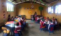 Los niños ahora reciben clases en un edificio formal. (Foto Prensa Libre: Cortesía)