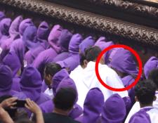 Momento en el que el cargador es expulsado de la procesión de Jesús de la Caída de San Bartolomé Becerra. (Foto Prensa Libre: Tomada de video).