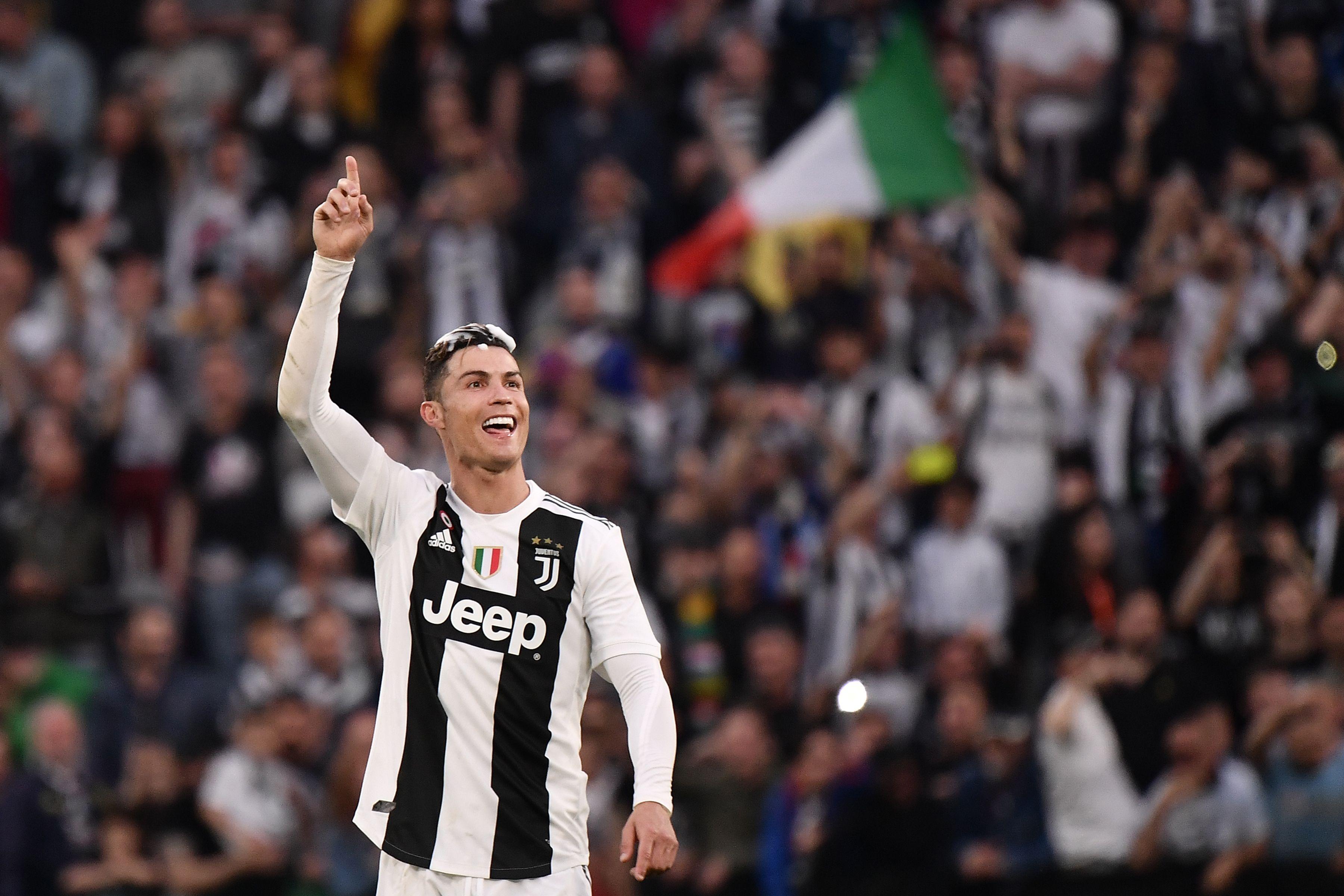 El portugués Cristiano Ronaldo festeja su primer título con la Juventus. (Foto Prensa Libre: AFP).
