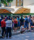 Pobladores de Retalhuleu hacen fila para tratar de pagar el servicio de energía eléctrica. (Foto Prensa Libre: Rolando Miranda).