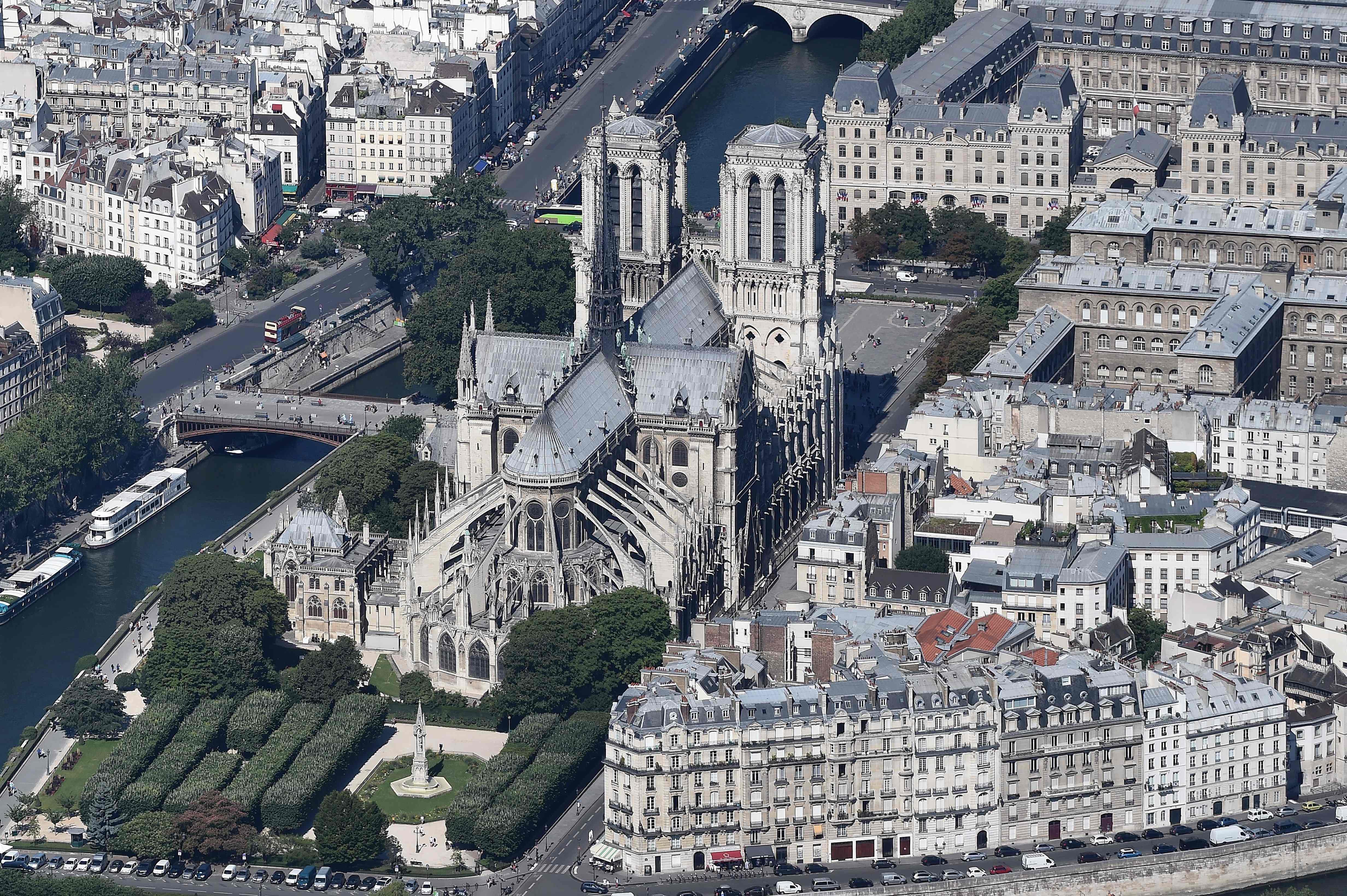 Una vista aérea de la Catedral de Notre Dame en París. Foto Prensa Libre: AFP