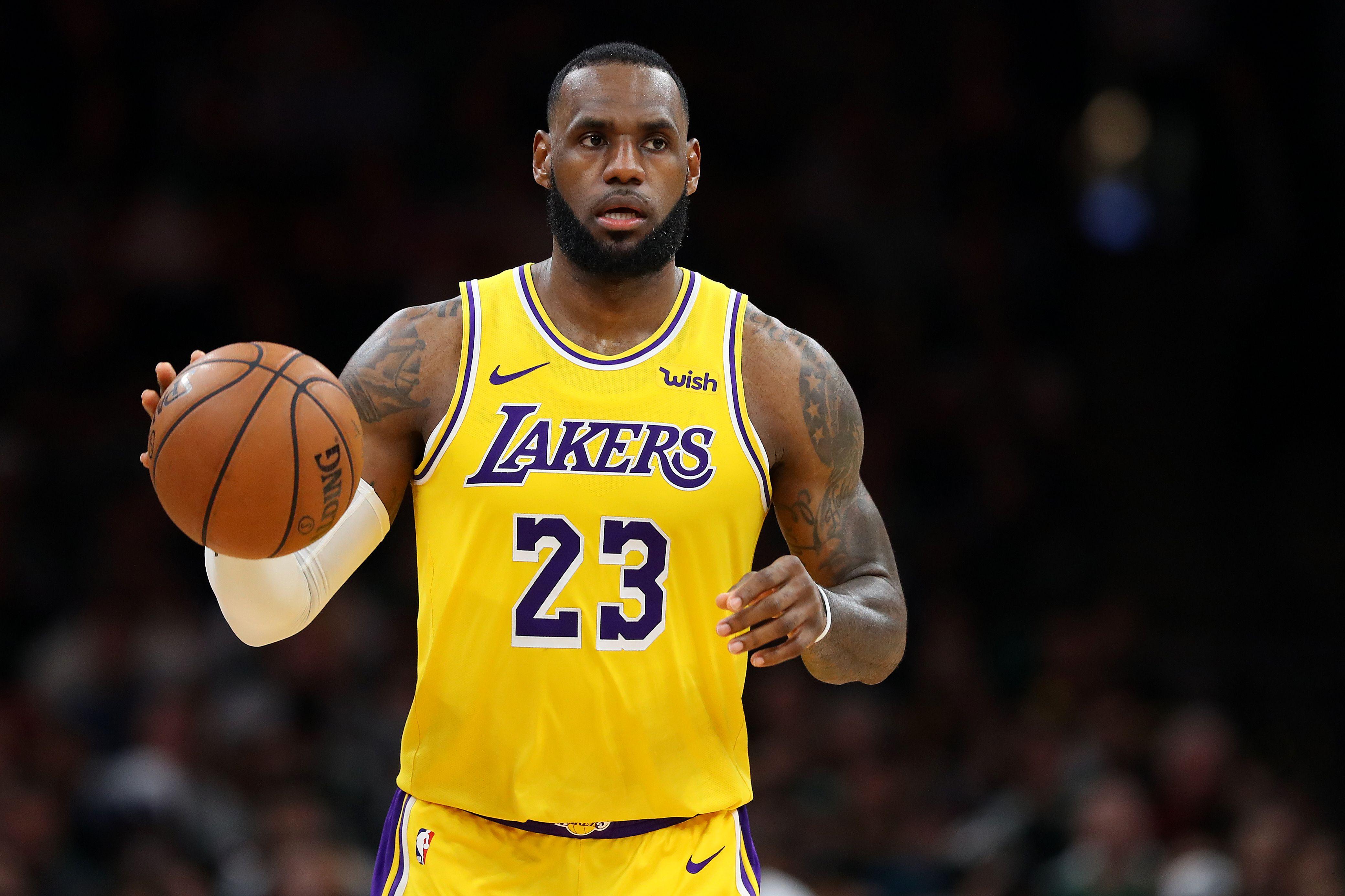 LeBron James se quedó fuera de los  playoffs de la NBA, por primera vez desde el 2005. (Foto Prensa Libre: AFP).
