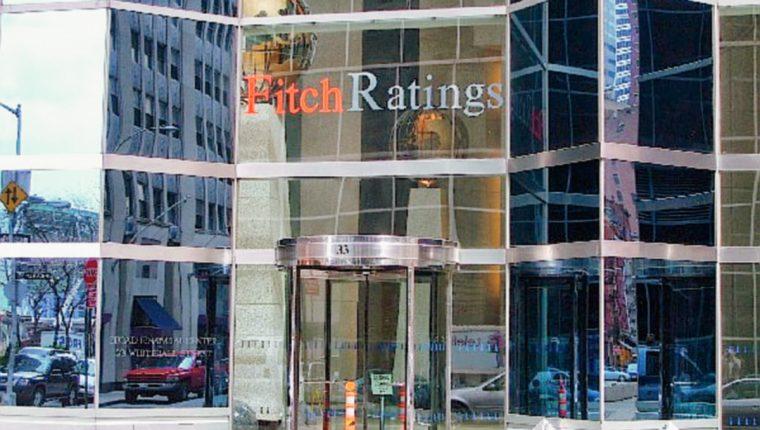 Fitch baja calificación a eurobono por riesgo de default y advierte sobre nota del país