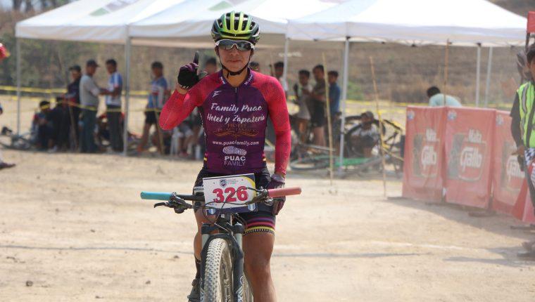 Flory de León se impuso en la última competencia Cross Country previo al viaje a México donde competirá por sumar puntos en el ranquin UCI. (Foto Prensa Libre: Cortesía Federación de Ciclismo)