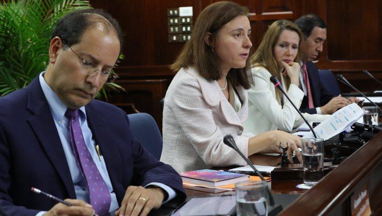 Cada año una misión del Fondo Monetario Internacional, hace una evaluación a los países de la región. La misión es dirigida por Esther Pérez Ruiz (al centro) y se espera que presentará su informe en las siguientes dos semanas. (Foto Prensa Libre: Hemeroteca)