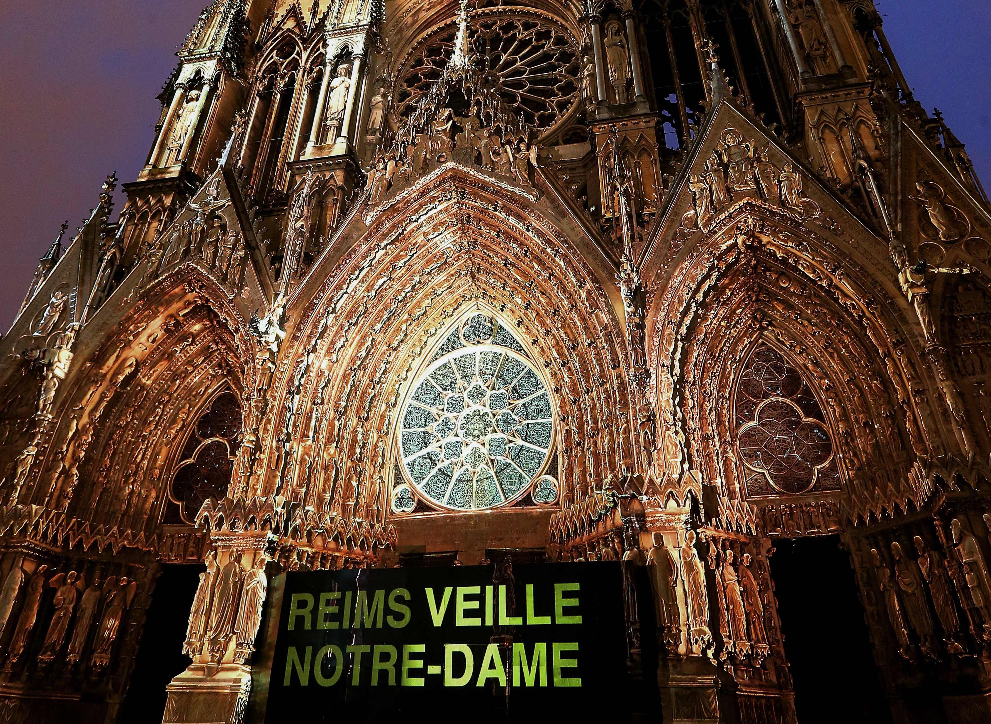 Las personas brindaron una vigilia en las afueras de la Catedral de Notre Dame. Foto Prensa Libre: AFP