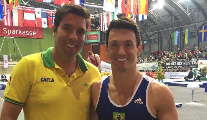 Fernando de Carvelho -izquierda- era entrenador de gimnasia y fue acusado por varios jóvenes de acoso. (Foto Redes).