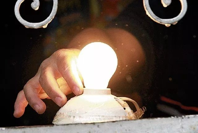Muchas comunidades en el país aún no cuentan con servicio de energía eléctrica (Foto, Prensa Libre: Hemeroteca PL).