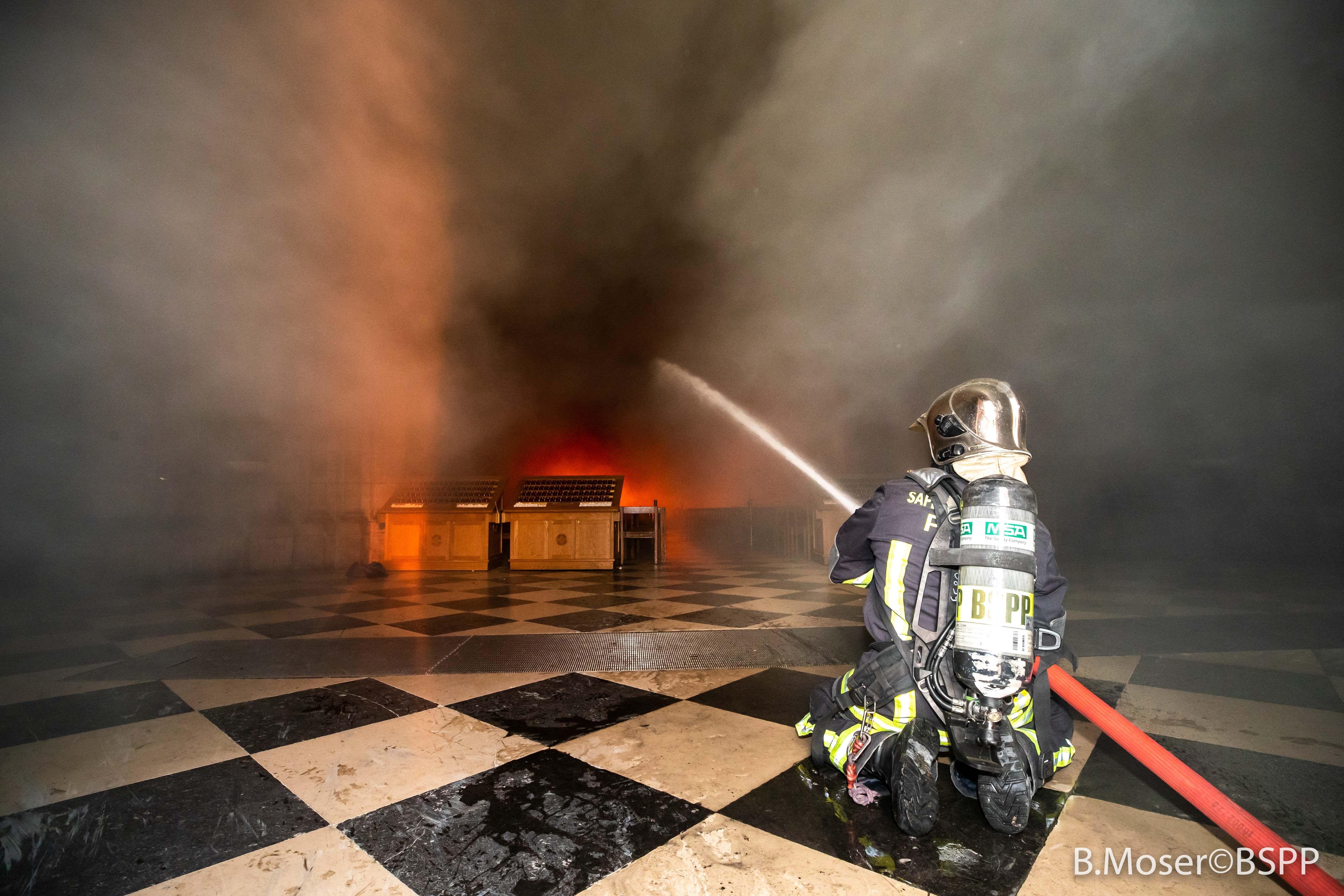 Los bomberos trabajaron por varias horas para combatir el incendio. Foto Prensa Libre: EFE