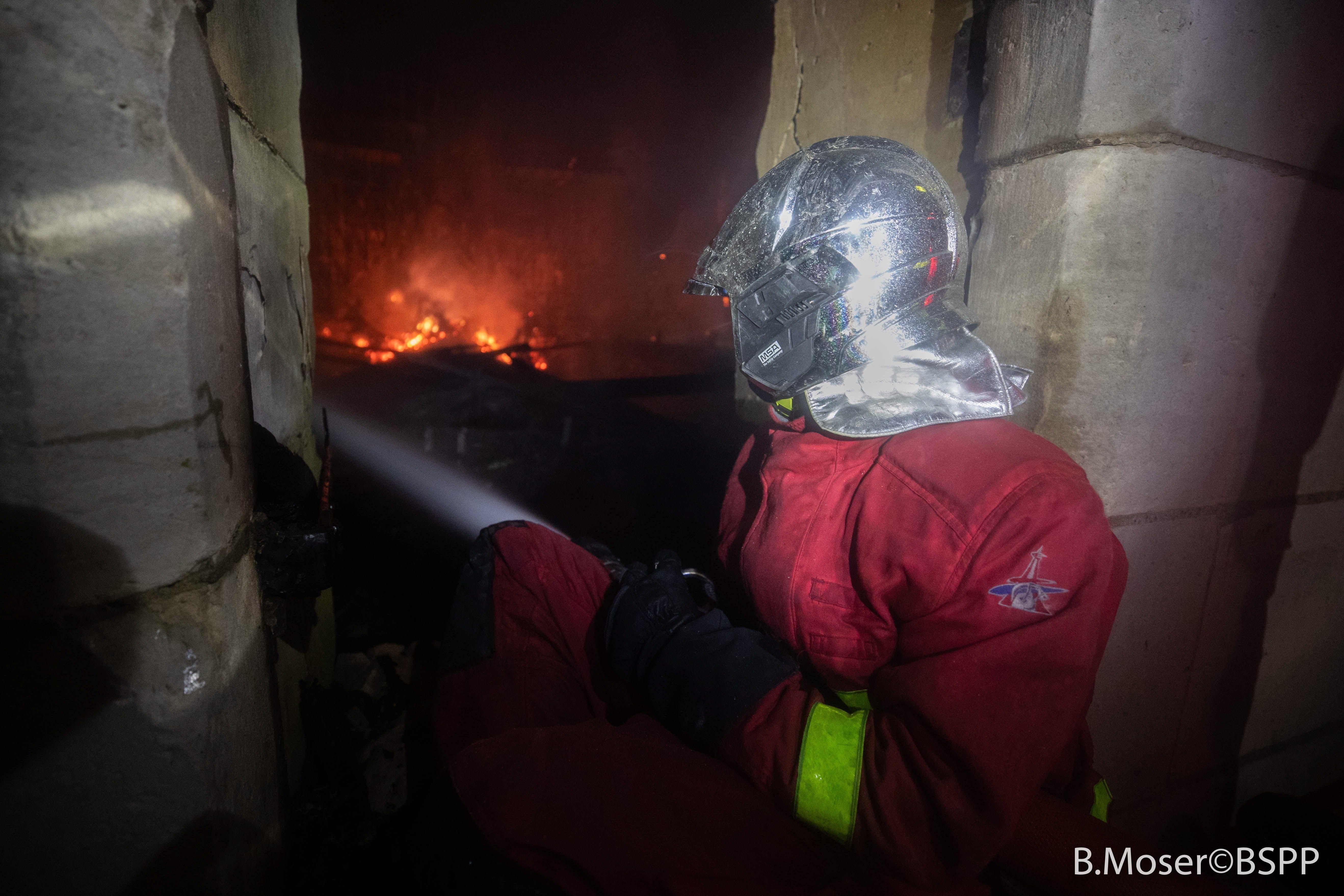 Bomberos laboraron por turnos para poder extinguir el siniestro. Foto Prensa Libre: EFE