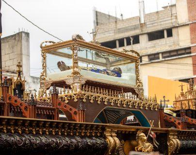 Señor Sepultado del Templo de Santo Domingo es cargado en hombros en las calles de la zona 1 capitalina. Fotografía Prensa Libre: Juan Diego González