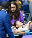 La gimnasta Samantha Cerio fue trasladada en camilla a un hospital después de quebrarse las dos piernas durante una competencia universitaria. (Foto Prensa Libre: Redes)