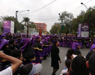 El Centro Histórico se vistió de morado este Viernes Santo (Foto Prensa Libre: Francisco Mauricio Martínez)