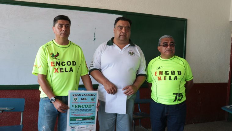 Miembros de la Junta Directiva de Exalumnos dieron detalles de las actividades y de la Carrera 10K. (Foto Prensa Libre: Raúl Juárez)