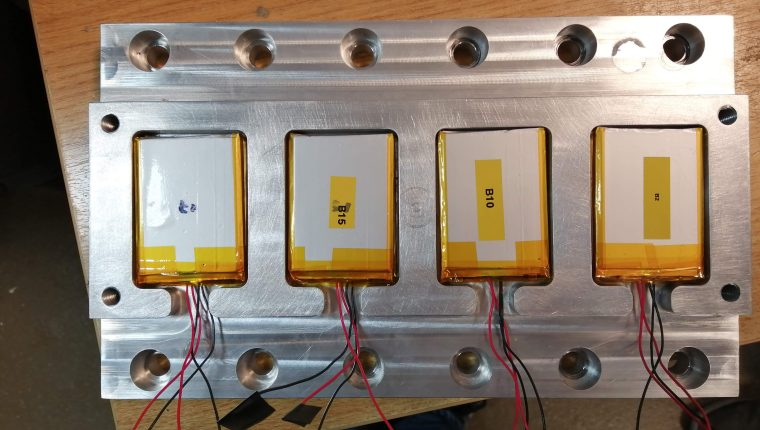 Baterías que  llevará el CubeSat pasaron por pruebas en Escocia. (Foto Prensa Libre, cortesía de Víctor Ayerdi).