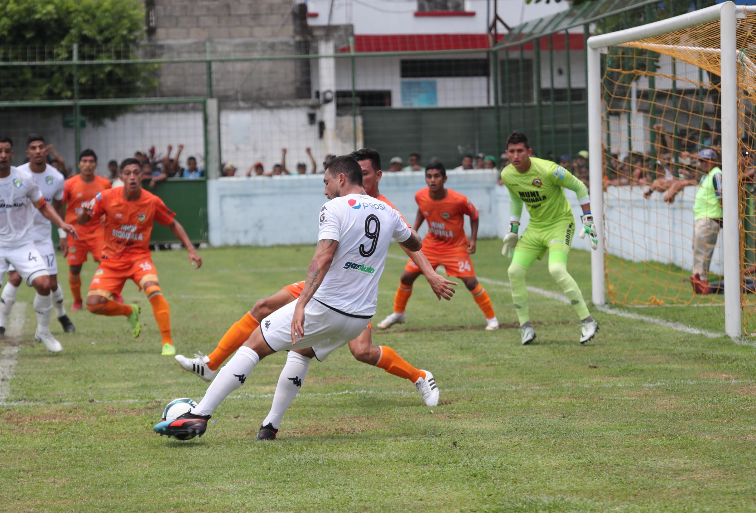 Abraham Carreño en una jugada de ataque de Comunicaciones en el partido que empataron de visita contra Siquinalá. (Foto Prensa Libre: Carlos Paredes)