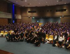Alumnas asistentes y organizadores de la actividad DigiGirlz, realizada en la  Universidad Rafael Landívar. (Foto Prensa Libre: Brenda Martínez)